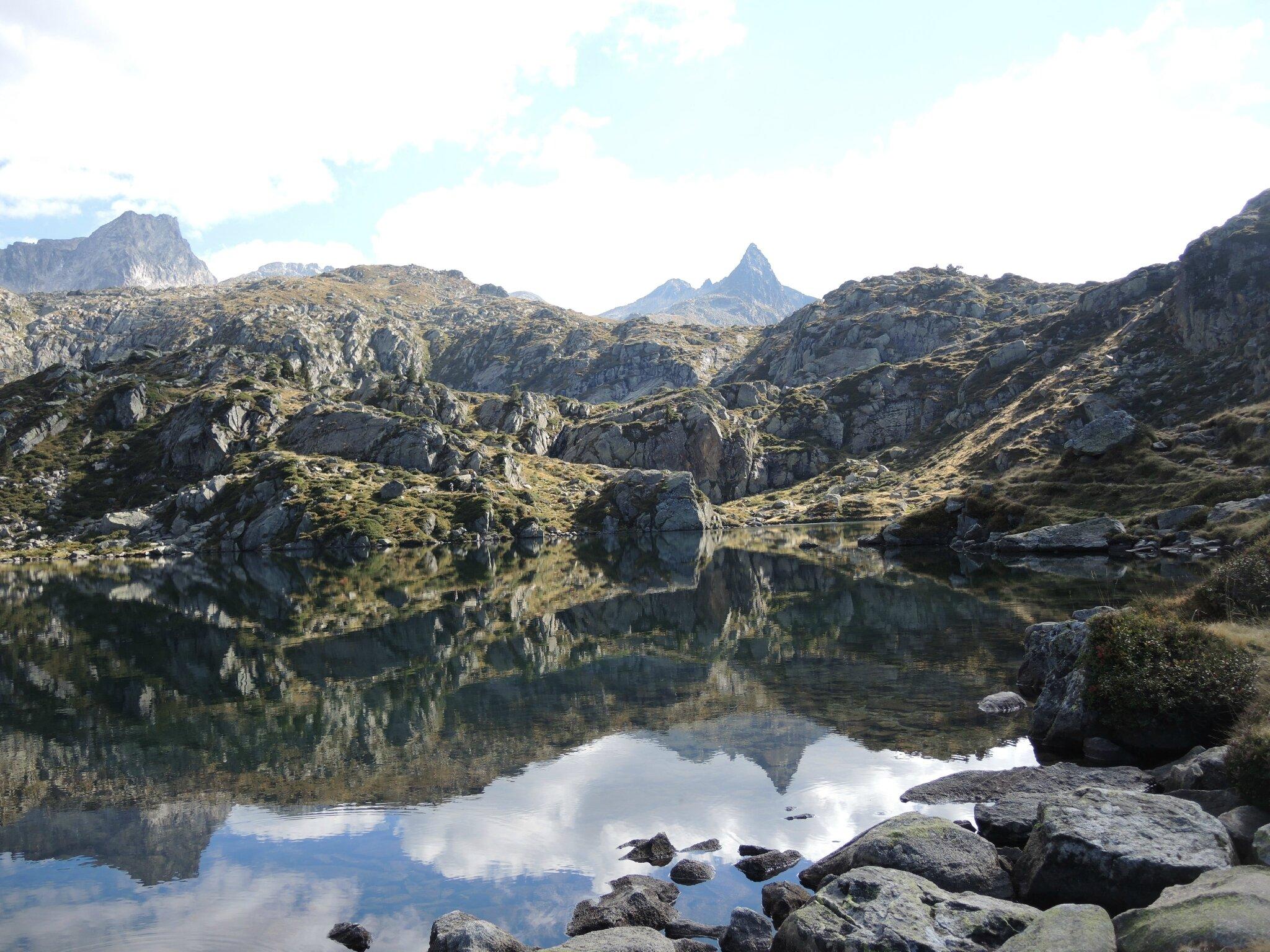 Lac de la Glère, lac, pierres et Campanal de Larrens (65)