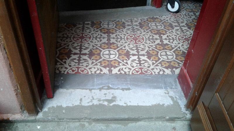 Renovation ciment seuil porte accès poubelle