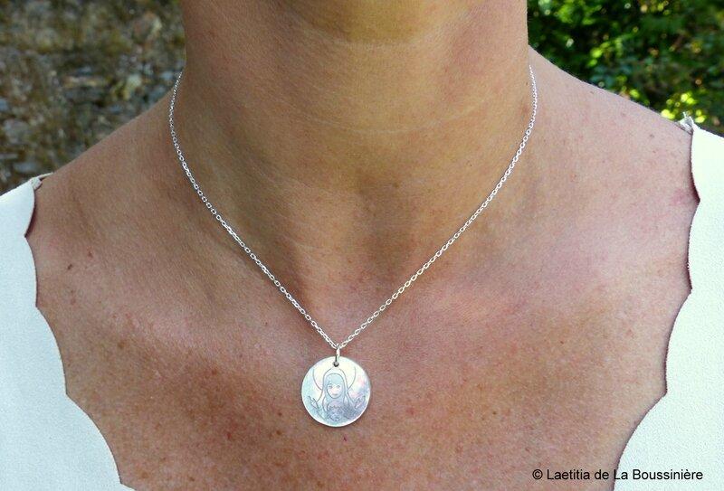 Collier médaille de Vierge à l'Enfant en nacre petit modèle (sur chaîne argent massif fine)