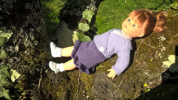 202003 Lucy dans sa tenue bouquet de violettes de Nathalie bain de soleil dans le cerisier