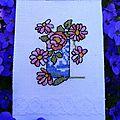 fleurs roses dans un vase bleu de Roselyne