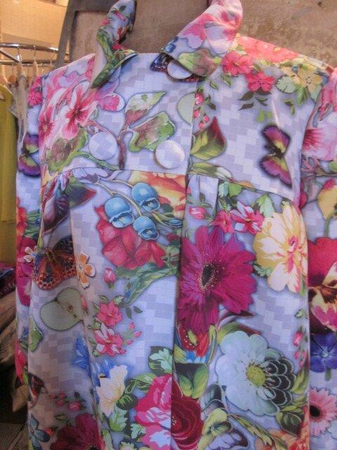 Manteau EDITH en polyester à damier gris imprimé fleurs et papillons - Doublure de satin rouge (4)