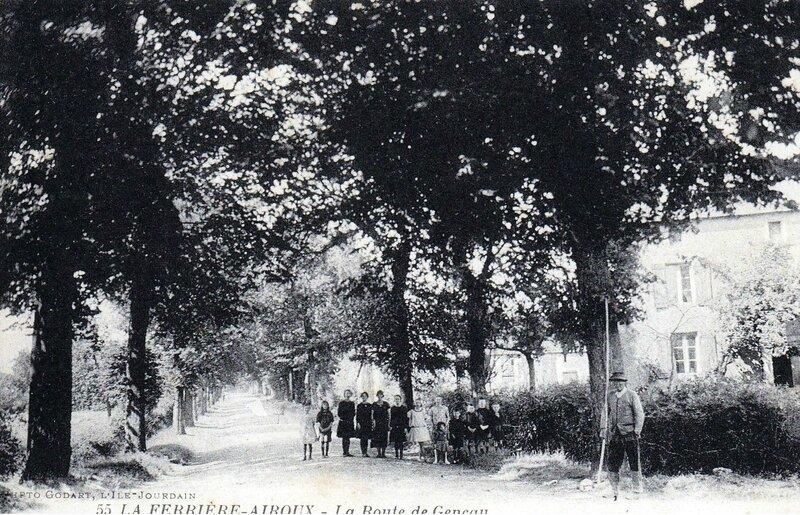 1918-01-08 _la-ferriere-airoux-canton-de-civray-la-route-de-geneau-enfants