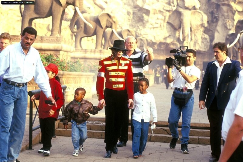michael-stops-by-sun-city-the-luxory-south-african-resort-in-1996(100)-m-10