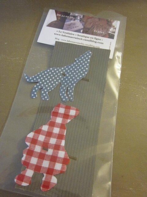 Carte de 2 pinces à cheveux - l'une étant le Loup en coton gris à pois - l'autre étant le Chaperon Rouge en coton vichy rouge