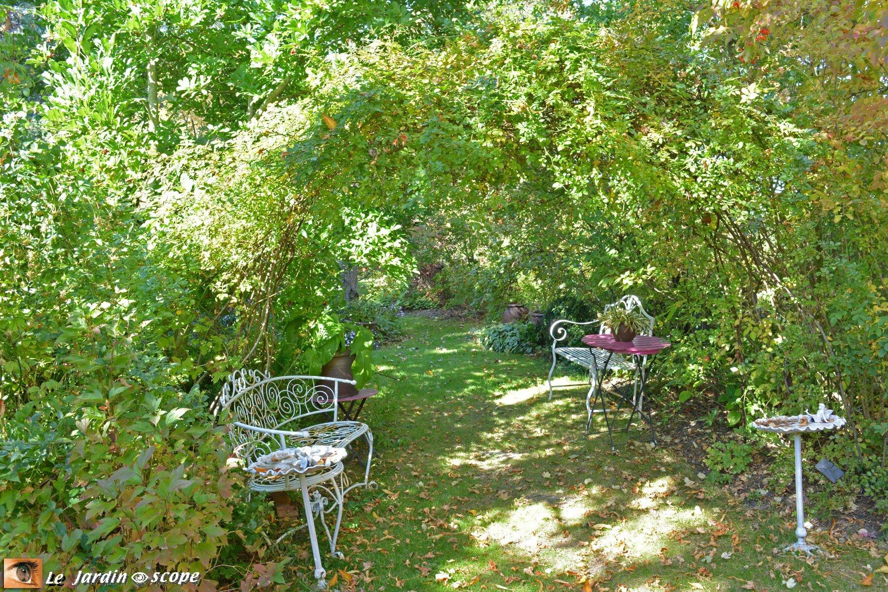 Deux bancs blancs en fer forgé (Jardin de Chantal - 45)