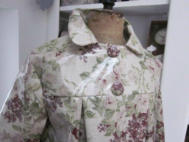 Ciré AGLAE en coton enduit couleur lin imprimé fleuri prune fermé par 2 pressions cachés par 2 gros boutons recouverts dans le même tissu (7)