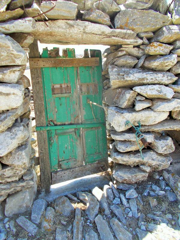asfondilitis porte dans mur en pierres seches