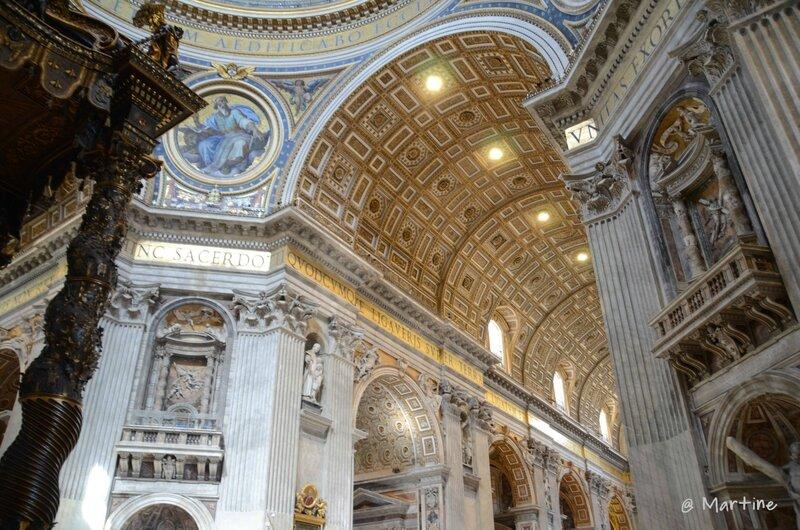 détail de la nef et de son abondante statuaire