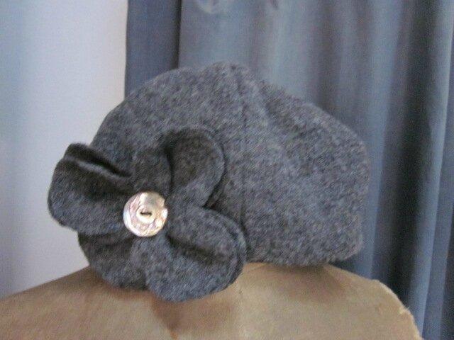 Chapeau AGATHE en laine bouillie gris moyen avec lfeur ornée d'un bouton de nacre ancien - doublé de coton noir (2)