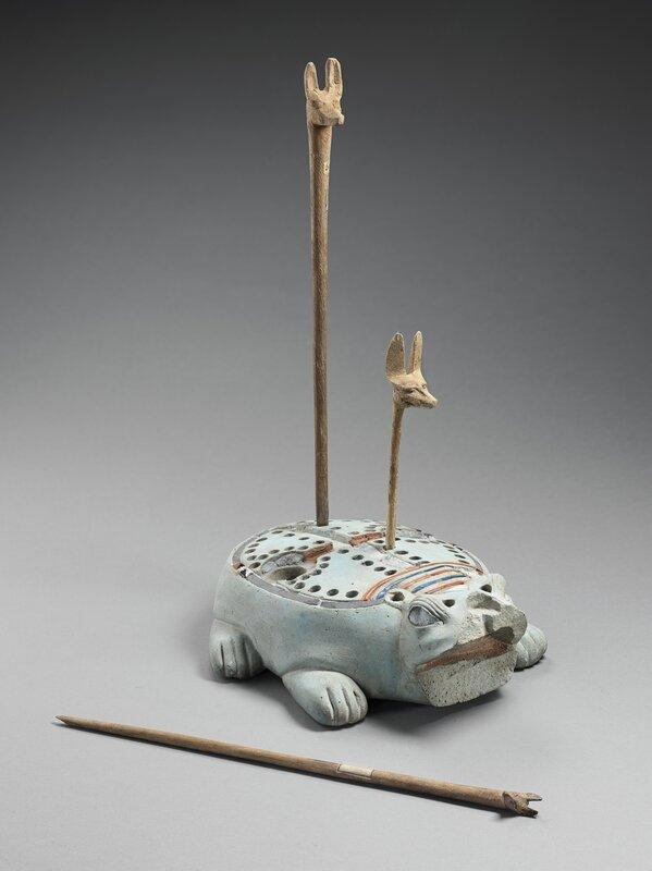 tablero-de-juego-en-forma-de-hipopotamo-y-tres-fichas-con-cabeza-de-canido-para-el-juego-de-los-58-agujeros-fayenza-silicea