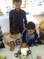 découpe de la matière grasse par Ayoub sous l'oeil de son père, Mohamed