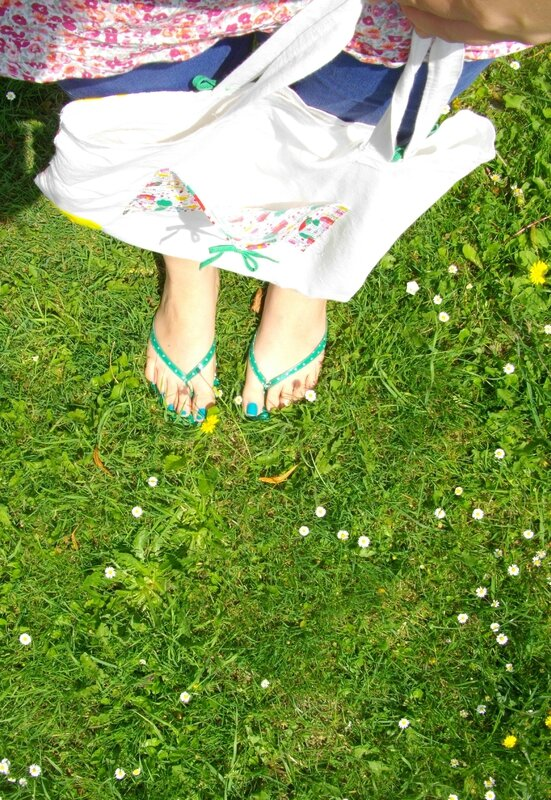 tote bag jardin pieds herbe tongs vertes