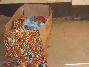 25r- IMG_2975 bébé dans son couffin
