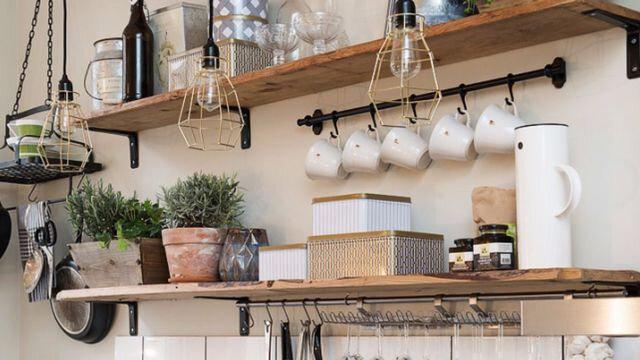 cuisine-noire-etageres-en-bois-plantes-et-mini-potager-1_5869189