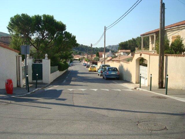 On peut stationner le long de la grande rue perpendiculaire à la notre. cette rue descend vers la grande route au bas du village.