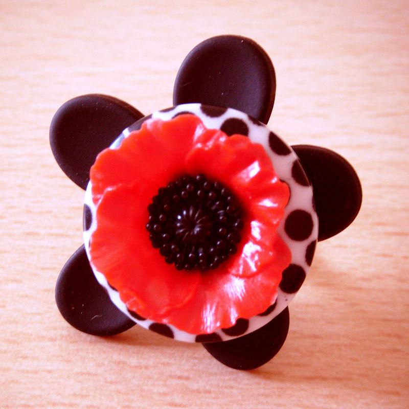 Bague fleur noir , bouton blanc à pois noir,coquelicot rouge