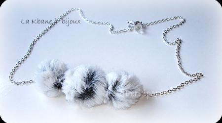 collier pompons fausse fourrure blanc gris