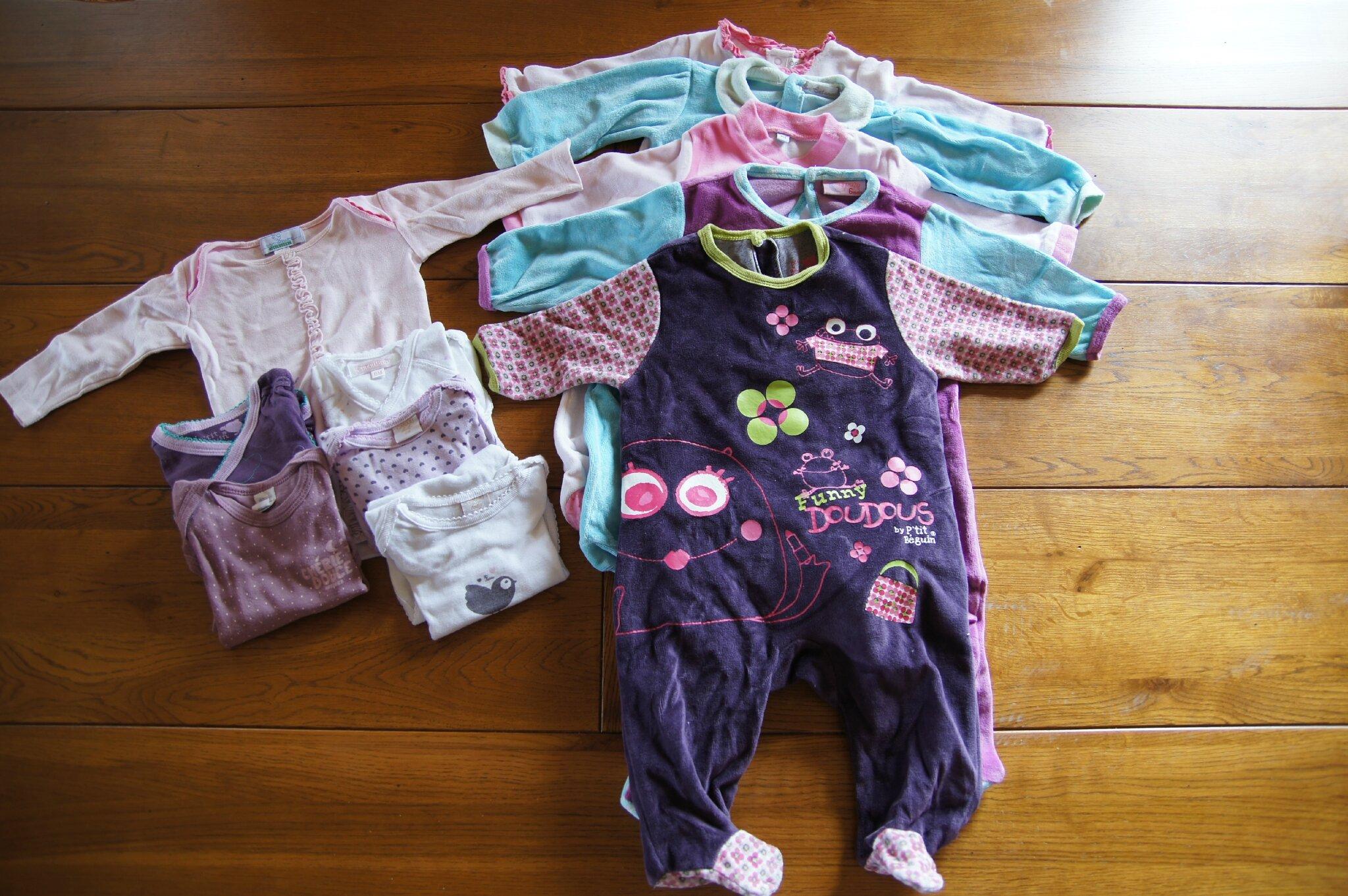 8035c43ae8a64 lot 15   6 bodies manches longues et 5 pyjamas en 6 mois   10 euros