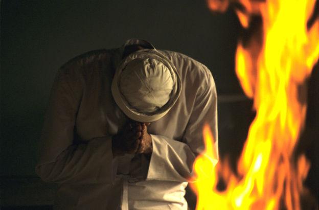 Prêtre parsi devant le feu sacré, Karachi, Pakistan, 2001