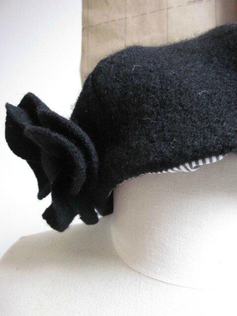 Chapeau AGATHE en laine bouillie noire avec fleur - doublé coton rayé blanc et gris - taille 57 (4)