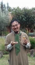 Kato le verre de thé d'une main et la crêpe de l'autre
