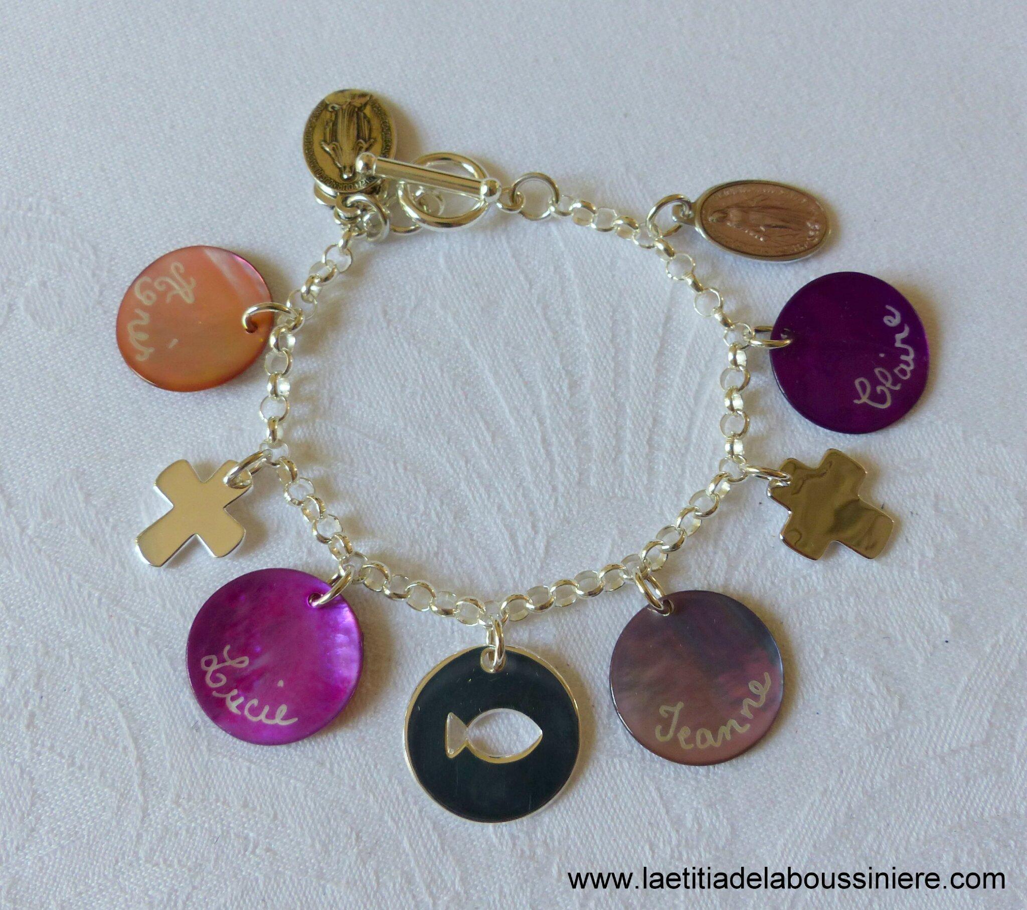 Bracelet personnalisé sur chaîne argent massif maille classique, médailles en nacre gravées et breloques