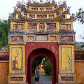Cela à l'entrée d'une des temples de la cité pourpre