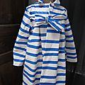 Ciré esprit marinière en coton enduit à rayures vagues horizontales bleues noué d'un lien réalisé dans le même tissu (2)