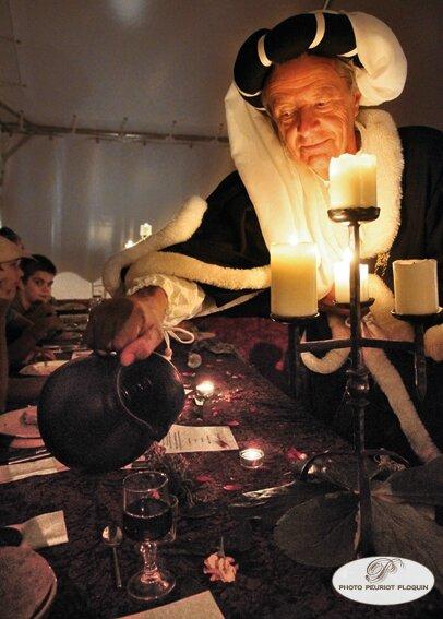 MONTANER_banquet_medieval_au_chateau_de_Gaston_Febus_organise_par_l_Association_Le_Tailloir_echanson_servant_le_vin