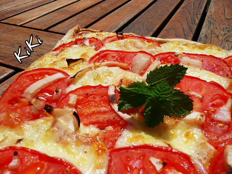 tarte fine aux tomates jambon cru mozzarella et oignon. Black Bedroom Furniture Sets. Home Design Ideas