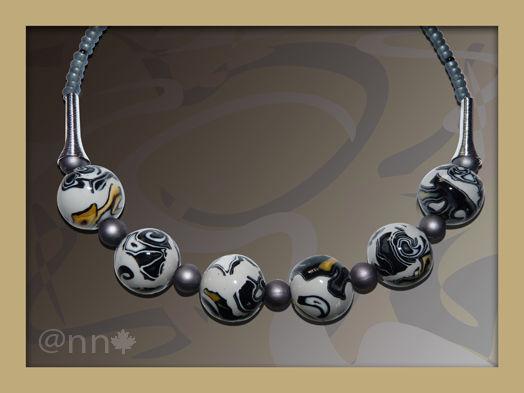 collier boules HM gris clair noir et ocre (N)