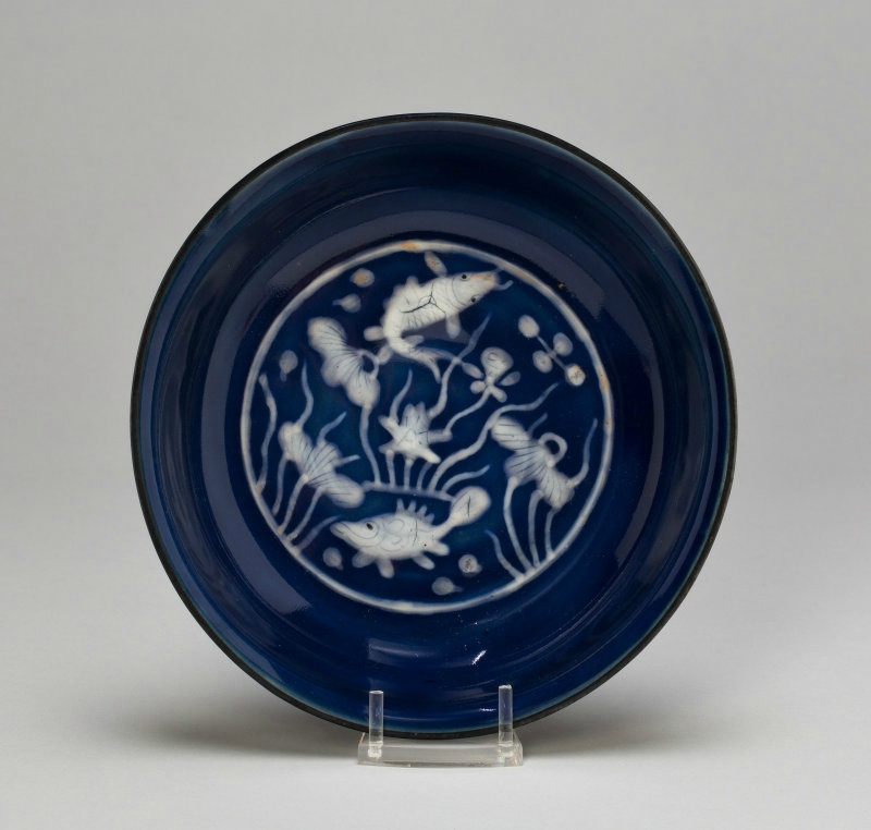 Dish with Fish Swimming in Lotus Pond, Ming dynasty (1368–1644), Wanli mark and period (1573–1620)