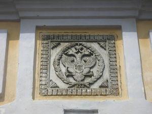 Biserica_Sfin_ii_Voievozi_din_Cepleni_a9Blazonul_cantacuzin__vulturul_bicefal__pe_zidul_turnului_clopotni__