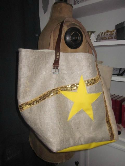 Sac cabas FELICIE n°6 en lin brut et simili daim naturel, fond étoile et poche intérieure en simili cuir jaune, bandes de paillettes or, sangles militaire en cuir (8)