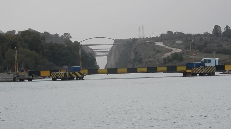 Le pont routier qui barre la sortie du canal de Corinthe 221219