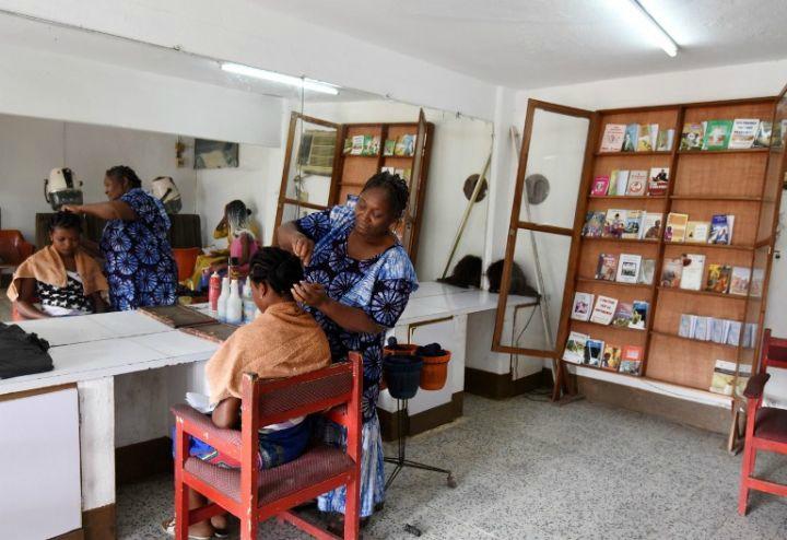 En Côte d'Ivoire, des salons littéraires dans les salons de coiffure