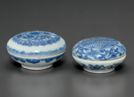 Two small blue and white circular boxes and covers, Chongzhen period, circa 1643 2