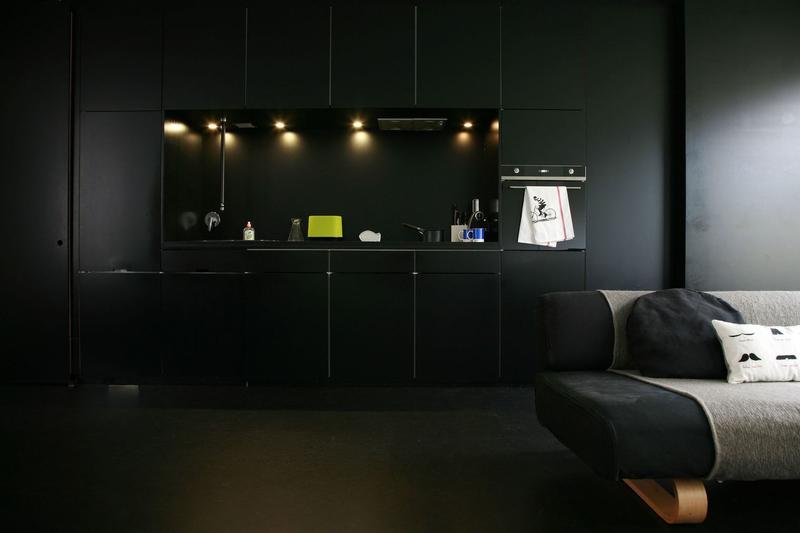 une-cuisine-noire-qui-se-fond-dans-le-decor_5214171