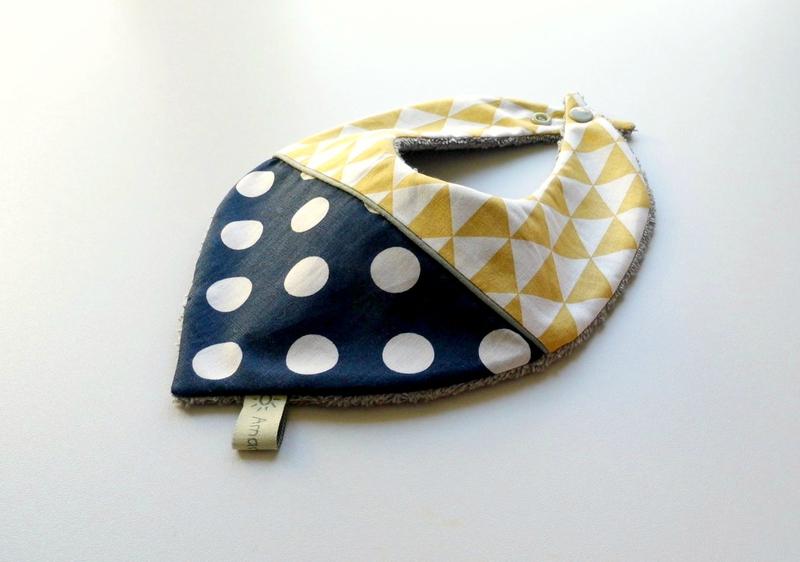 Bavoir bandana bleu marine à pois triangle jaune vintage