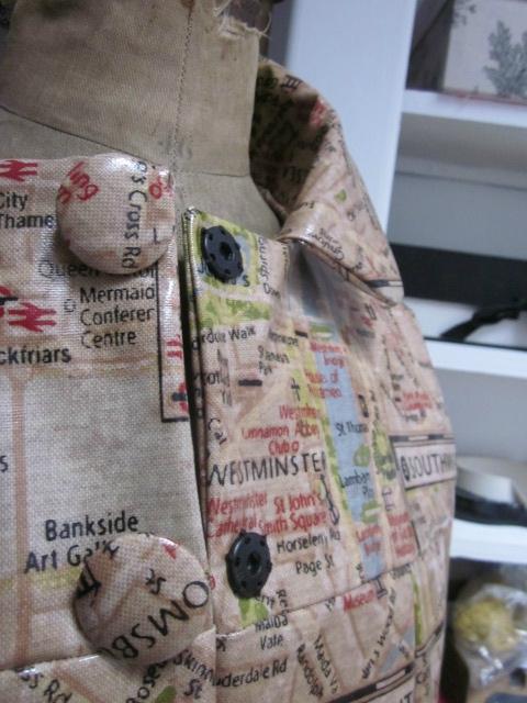 Ciré AGLAE en coton enduit imprimé LONDON fermé par 2 pressions cachés par 2 boutons recouverts dans le même tissu (7)