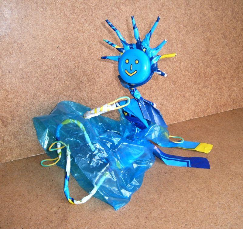 Déchets plastique valorisation - Personnage en sacs plastiques - Objet Art création recyclage récupération plastiques - Waste plastic