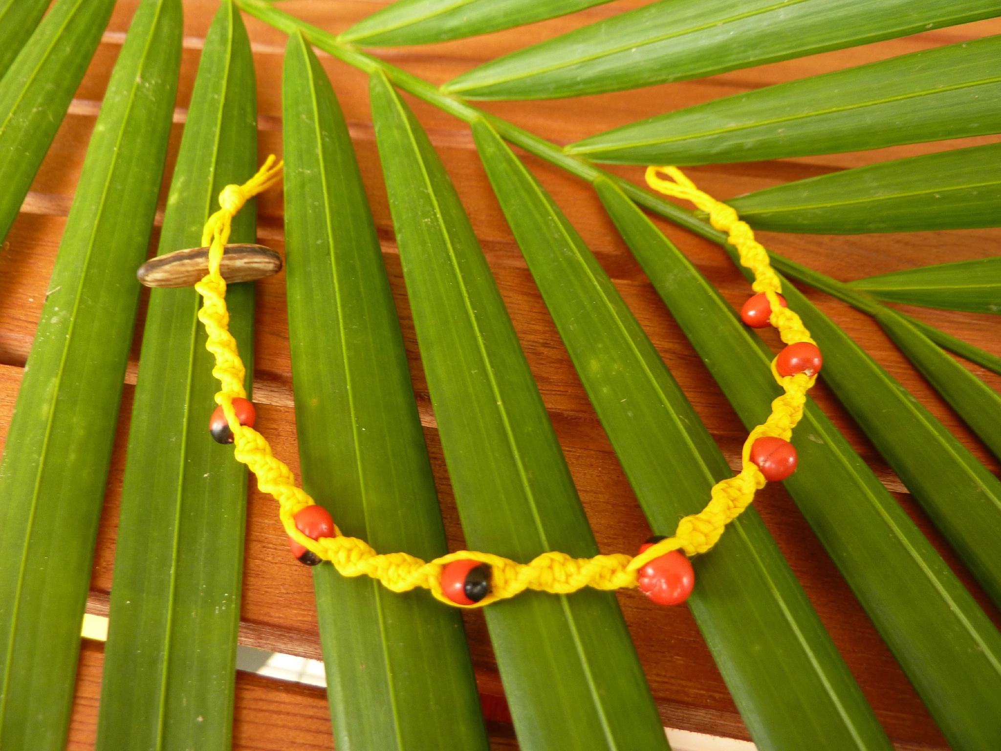 Bracelet torsadé jaune avec graines réglisse - 4€