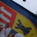 Les mecs nous font passer le drapeau au dessus de la foule