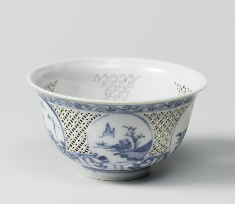 Bowl with medallions in blue on a cutaway fond, Transition period, c