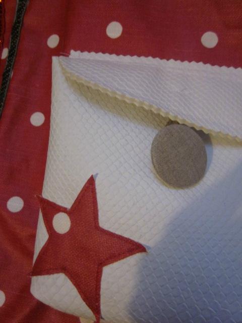 Sac FELICIE n°37 en lin et coton enduit rouge à pois - poche en simili cuir blanc - anciennes sangles militaires (7)