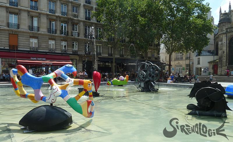 Sirène-nana de Niki de Saint-Phalle (1983) de dos au milieu de la fontaine Stravinsky