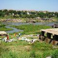 Sur les bords de la rivière à Hampi