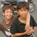 Jeunes garçons souriants à Saïgon
