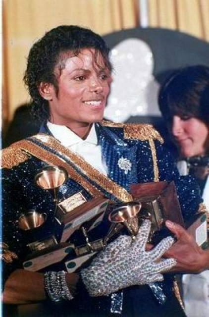 21358112437_mj_smiles_backstage_with_8_grammy_awards_los_angeles_1984